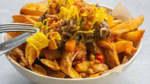 Smerig lekkere frieten met rendang van dubbeldoel-koe, atjar en gefruite uitjes